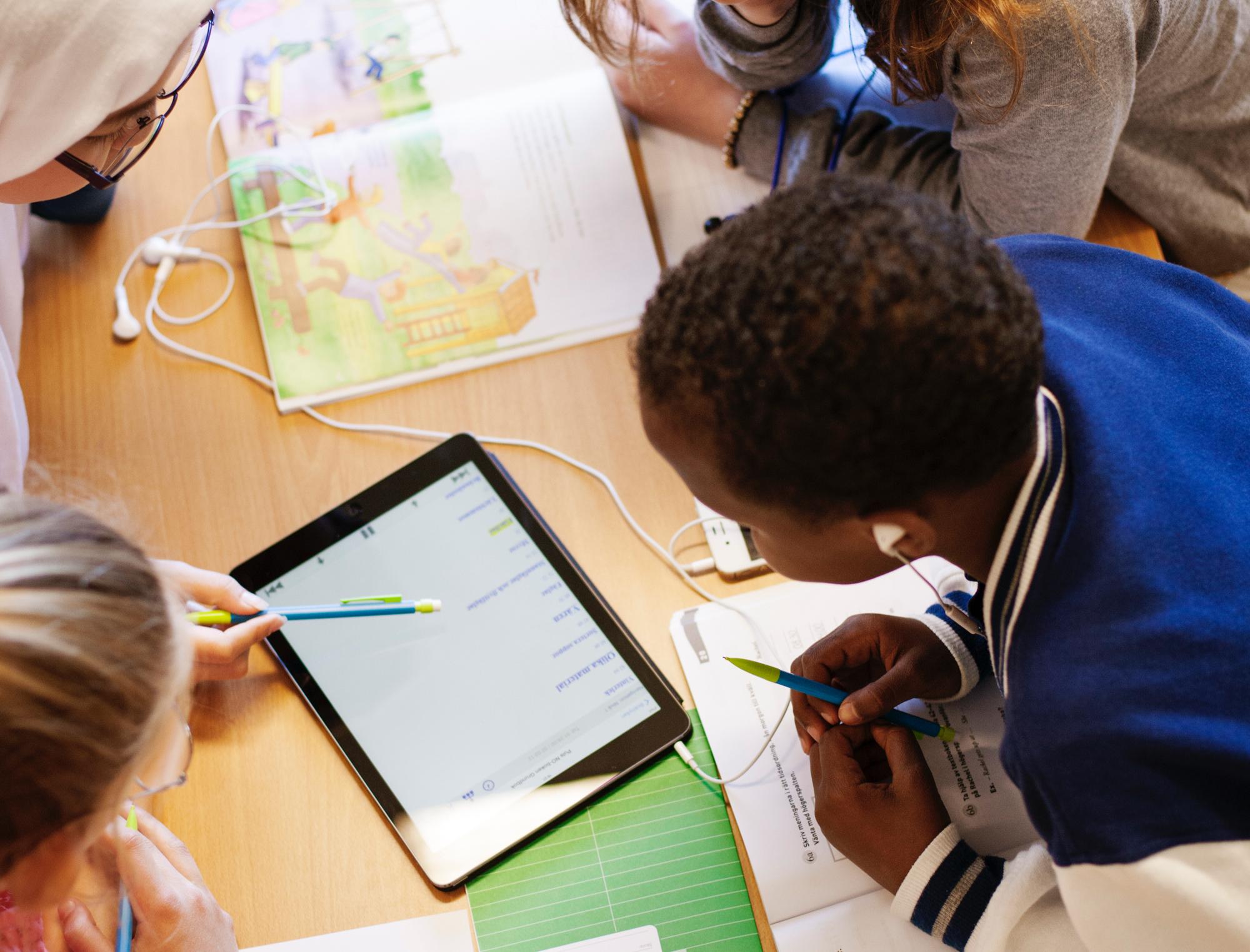 barn testar pedagogiska verktyg på läsplatta