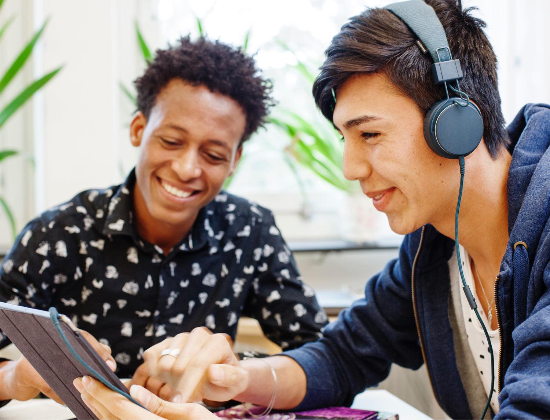 Elever i gymnasiet använder pedagogiska verktyg